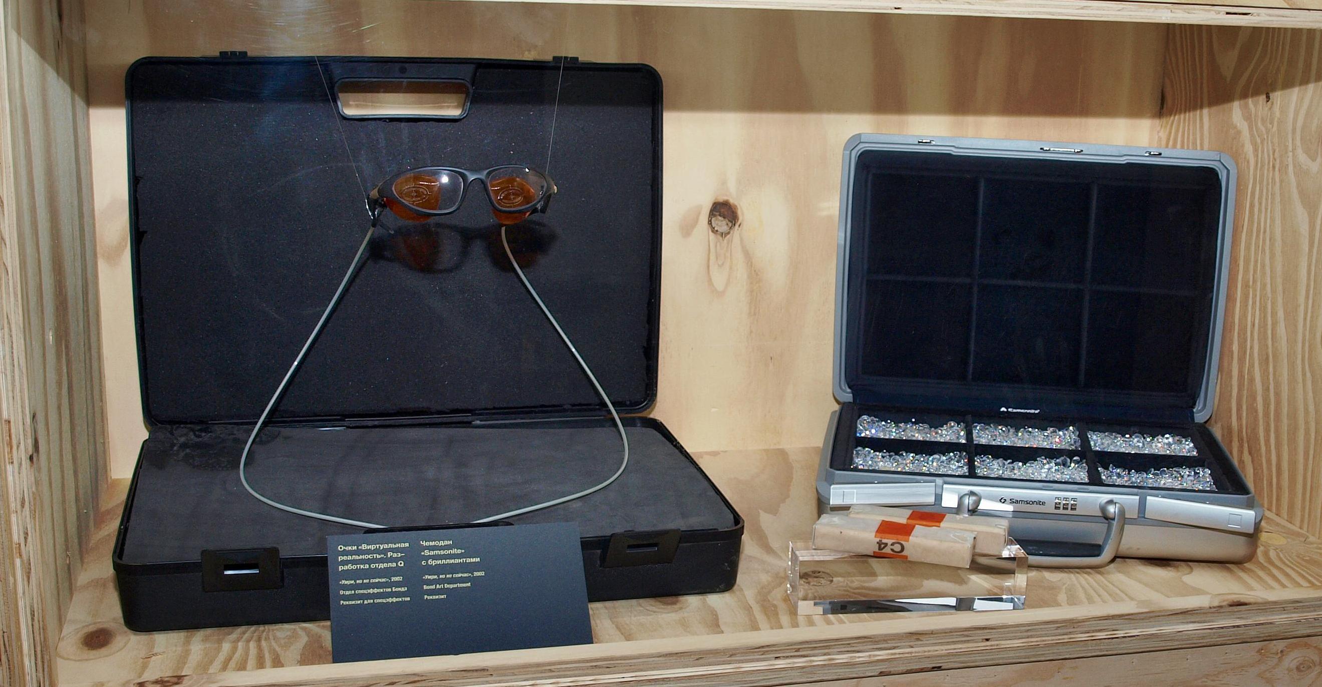 Чемодан с бриллиантами и спецочки из «Умри, но не сейчас». Фотография Малец Михаила Георгиевича