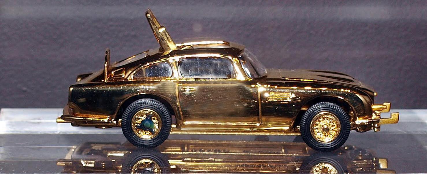 Позолочёная модель «Астон Мартина», выпущенная в честь 30-летия фильма «Голдфингер». Фотография Малец Михаила Георгиевича