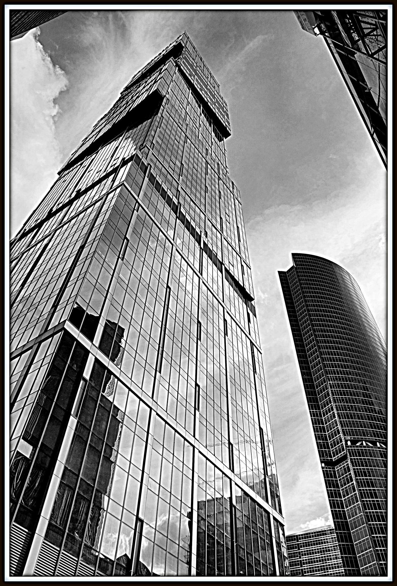 Одна из башен Города столиц и башня На набережной