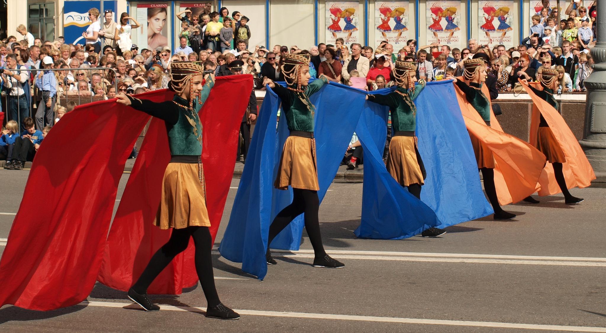 Участницы ансамбля «Армелад» с флагом Армении. Фотография Малец Михаила Георгиевича