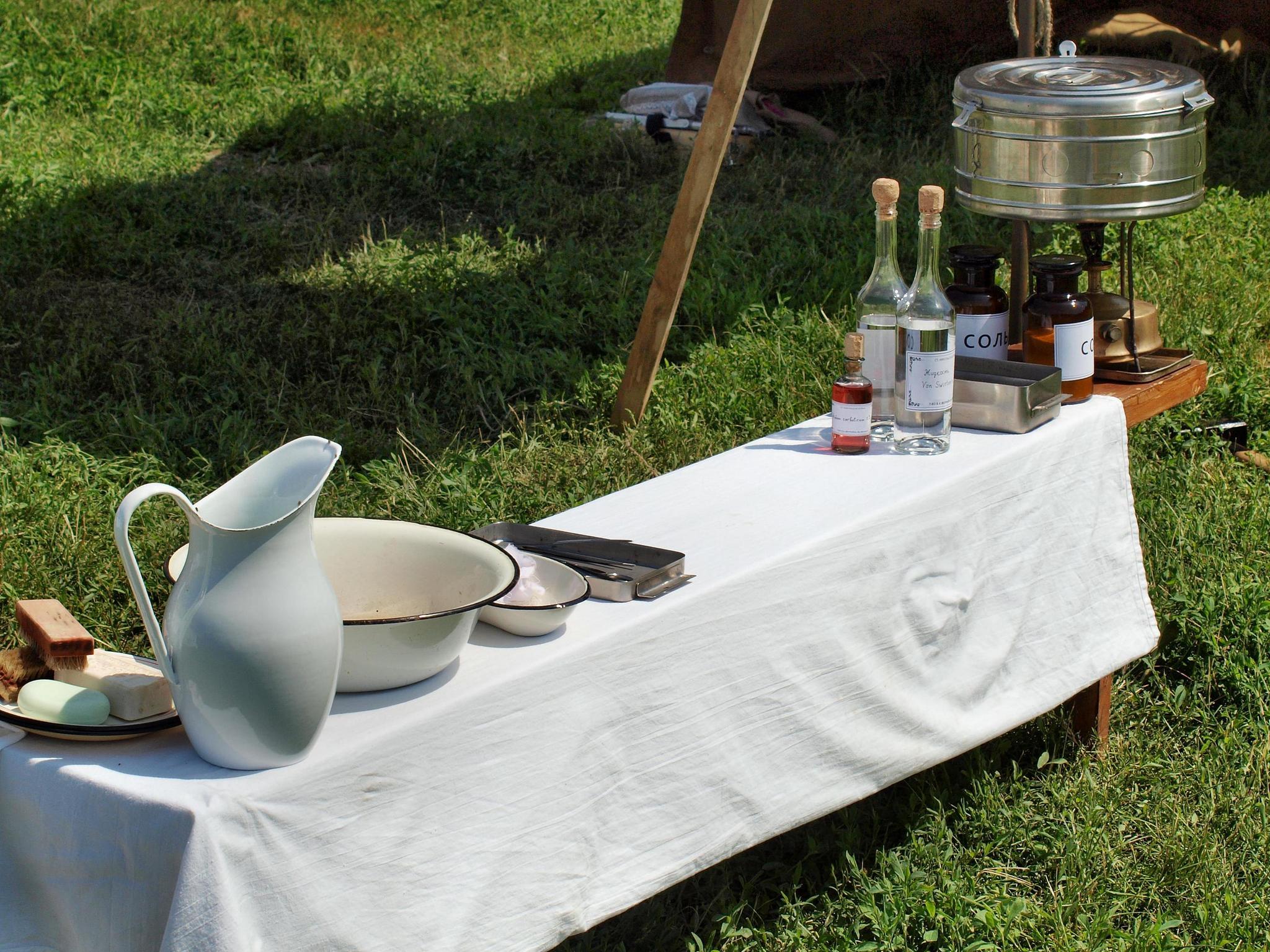 Не хитрый инструментарий полевого лазарета. Фотография Малец Михаила Георгиевича
